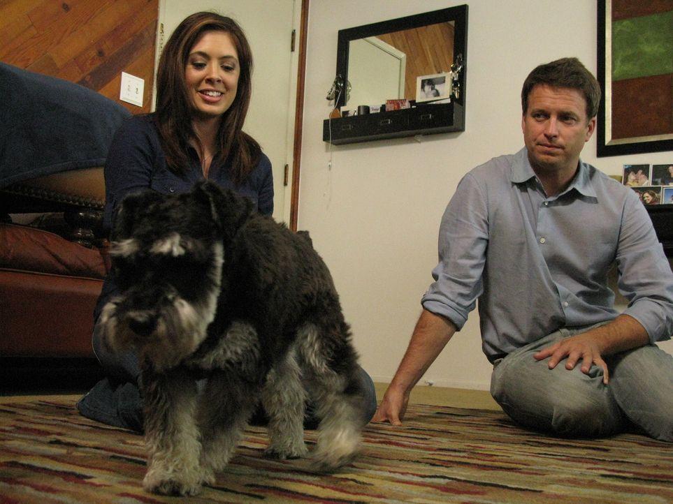 Tanéa (l.) iebt ihren Teacup Pudel Tucker, doch der Hund bereitet ihr und ihrem Freund Bret (r.) große Probleme.