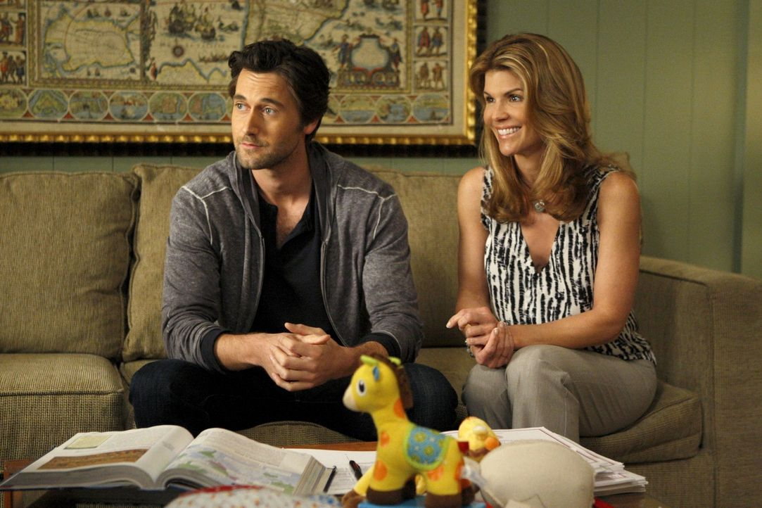 Debbie (Lori Loughlin, r.) ist der Meinung, dass Ryan (Ryan Eggold, l.) Jen, die plötzlich wieder auftaucht, noch eine Chance geben sollte ... - Bildquelle: 2011 The CW Network. All Rights Reserved.