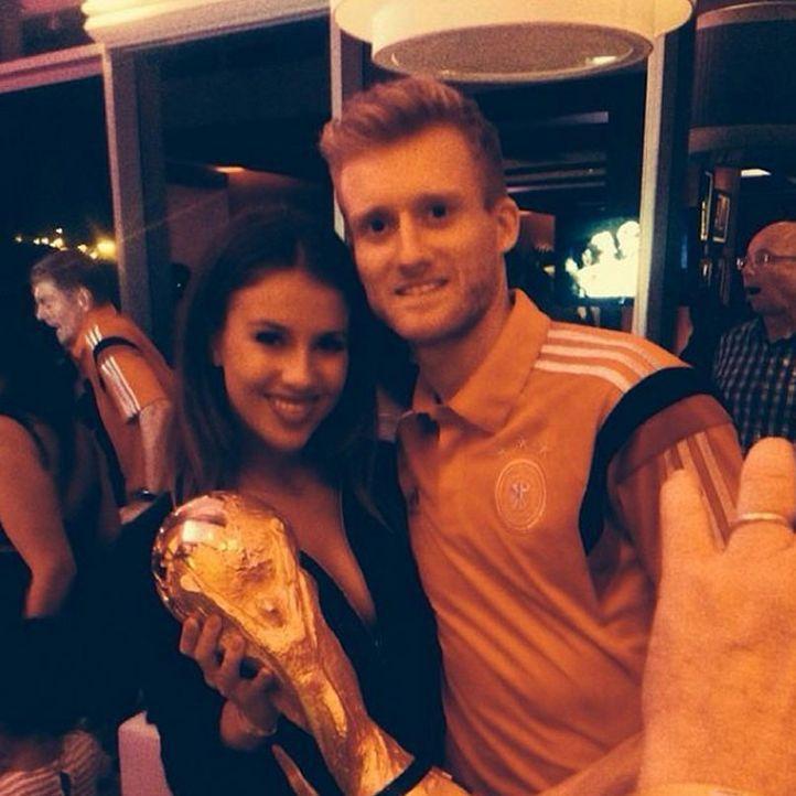 Die schönsten Selfies des WM-Sieges: Schürrle mit Freundin und Pokal - Bildquelle: Instagram