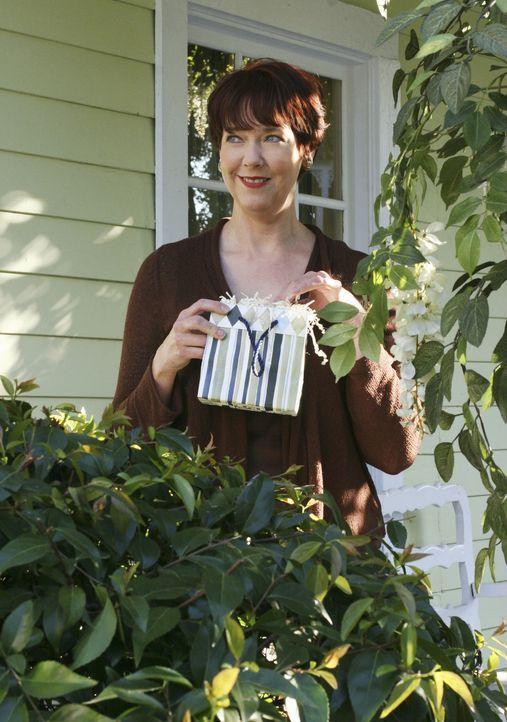 Felicia (Harriet Sansom Harris) hat ein ganz besonderes Geschenk für Edie ... - Bildquelle: 2005 Touchstone Television  All Rights Reserved