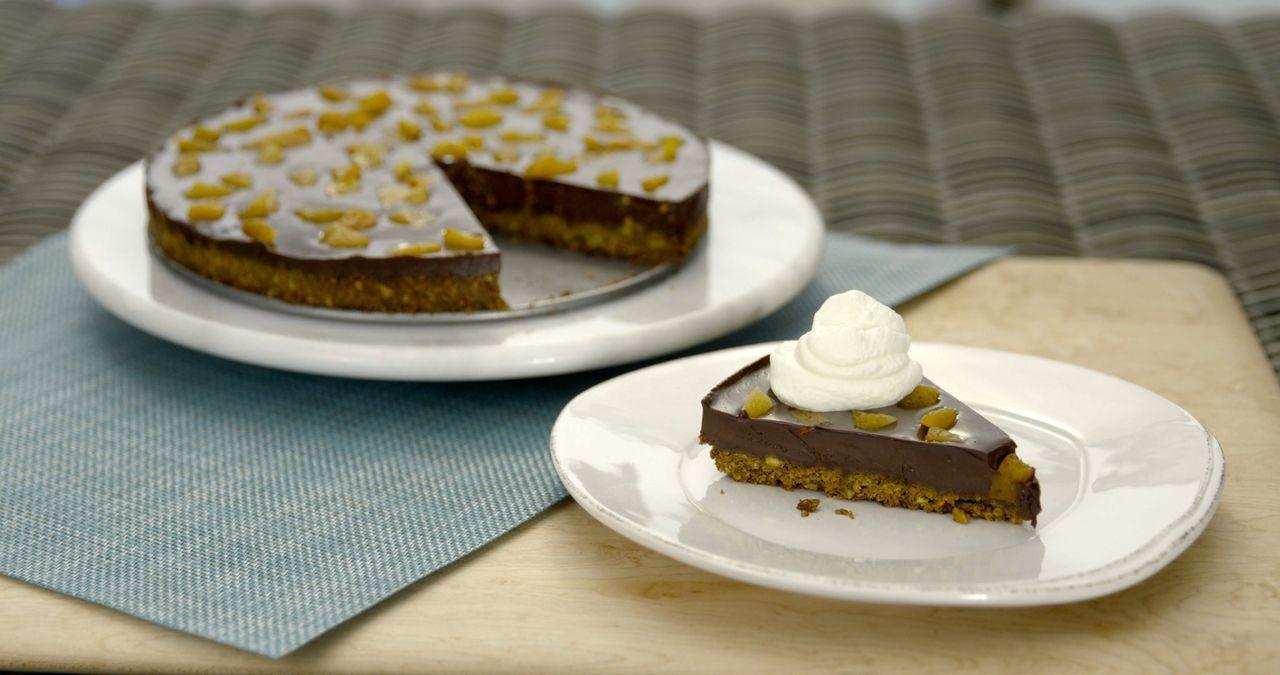 Der leckere Schokoladen-Pistazien-Kuchen mit Schlagsahne hat es ganz schön in sich ... - Bildquelle: 2015,Television Food Network, G.P. All Rights Reserved