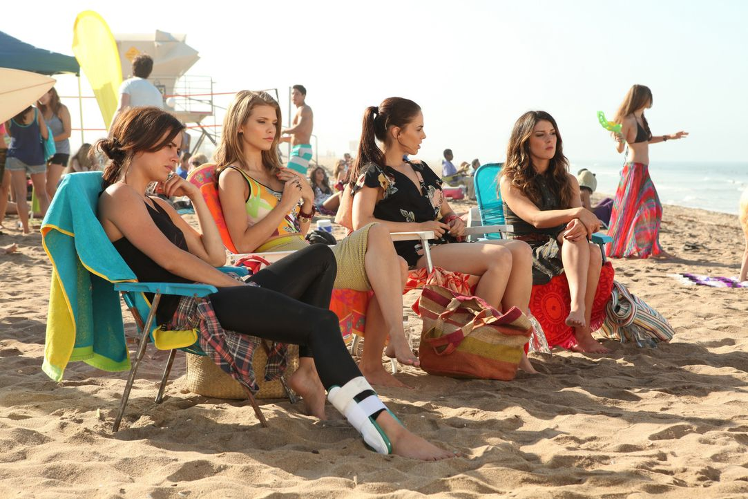 (v.l.n.r.) Silver (Jessica Stroup), Naomi (AnnaLynne McCord), Adrianna (Jessica Lowndes) und Annie (Shenae Grimes) gönnen sich eine Auszeit am Stra... - Bildquelle: 2012 The CW Network. All Rights Reserved.