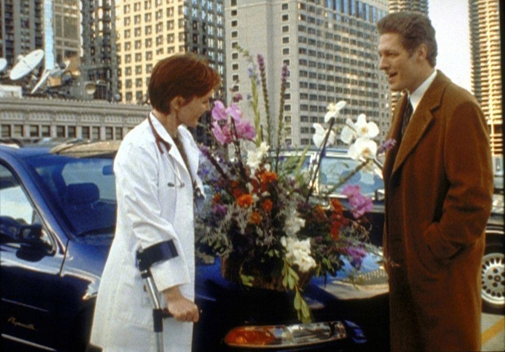Manager Ellis (Clancy Brown, r.) will sich bei Weaver (Laura Innes, l.) dafür bedanken, dass sie ihm das Entree beim County General verschafft hat.... - Bildquelle: TM+  2000 WARNER BROS.