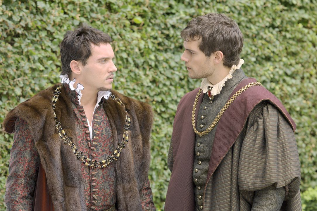Bei einem Spaziergang vertraut sich König Henry VIII. (Jonathan Rhys Meyers, l.) seinem Freund Charles Brandon (Henry Cavill, r.) an ... - Bildquelle: 2008 TM Productions Limited and PA Tudors II Inc. All Rights Reserved.