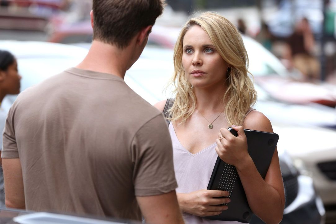 Detective Kinney (Jason Dohring, l.) macht Cami (Leah Pipes, r.) klar, dass er über sie und ihre Familie Nachforschungen angestellt hat, die ihn auf... - Bildquelle: Warner Bros. Entertainment Inc.