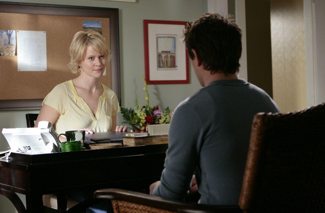 Kyle (Matt Dallas, r.) bittet um Rat bei seiner Pflegemutter Nicole (Marguerite MacIntyre, l.): Der Junge ist verwirrt und weiß nicht, wem er noch... - Bildquelle: TOUCHSTONE TELEVISION