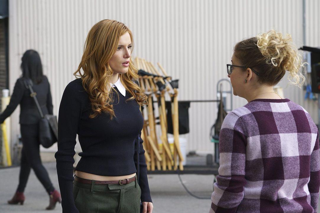 Nachdem ihre Mitbewohnerin sie überredet, spontan zu einem Casting für die weibliche Hauptrolle der Filmadaption einer Blockbuster-Buchreihe namens... - Bildquelle: Warner Bros.