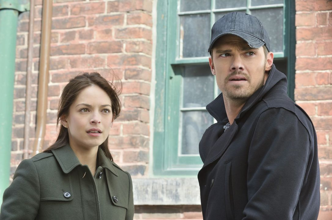 Vincent (Jay Ryan, r.) trifft sich heimlich mit J.T. und erfährt, dass Catherine (Kristin Kreuk, l.) entführt wurde. Er versucht alles, um sie zu fi... - Bildquelle: 2013 The CW Network, LLC. All rights reserved.
