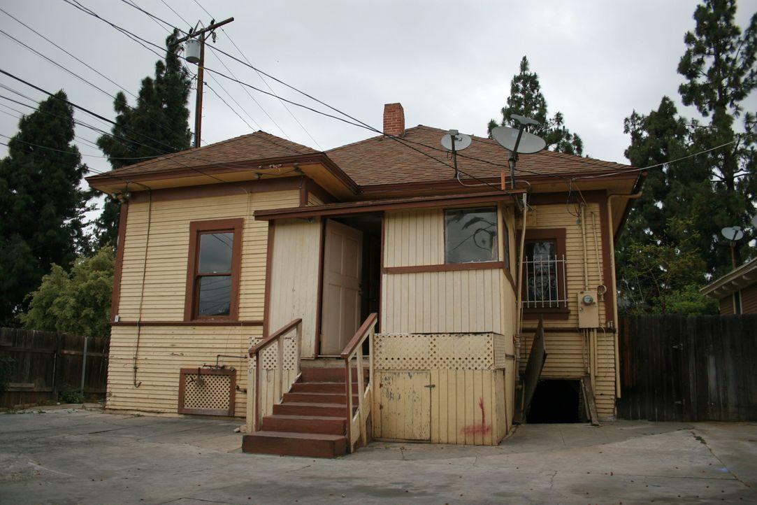 Durch die alte, abgeblätterte Farbe macht dieses Haus aus dem Jahr 1908 von außen einen heruntergekommenen Eindruck - doch was erwartet Tarek und Ch... - Bildquelle: 2015,HGTV/Scripps Networks, LLC. All Rights Reserved