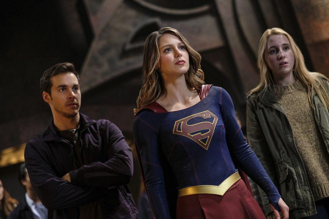 Beim Versuch die verschwundene Izzy (Harley Quinn Smith, r.) zu retten, geraten Mon-El (Chris Wood, l.) und Kara (Melissa Benoist, M.) in die gefähr... - Bildquelle: 2016 Warner Bros. Entertainment, Inc.