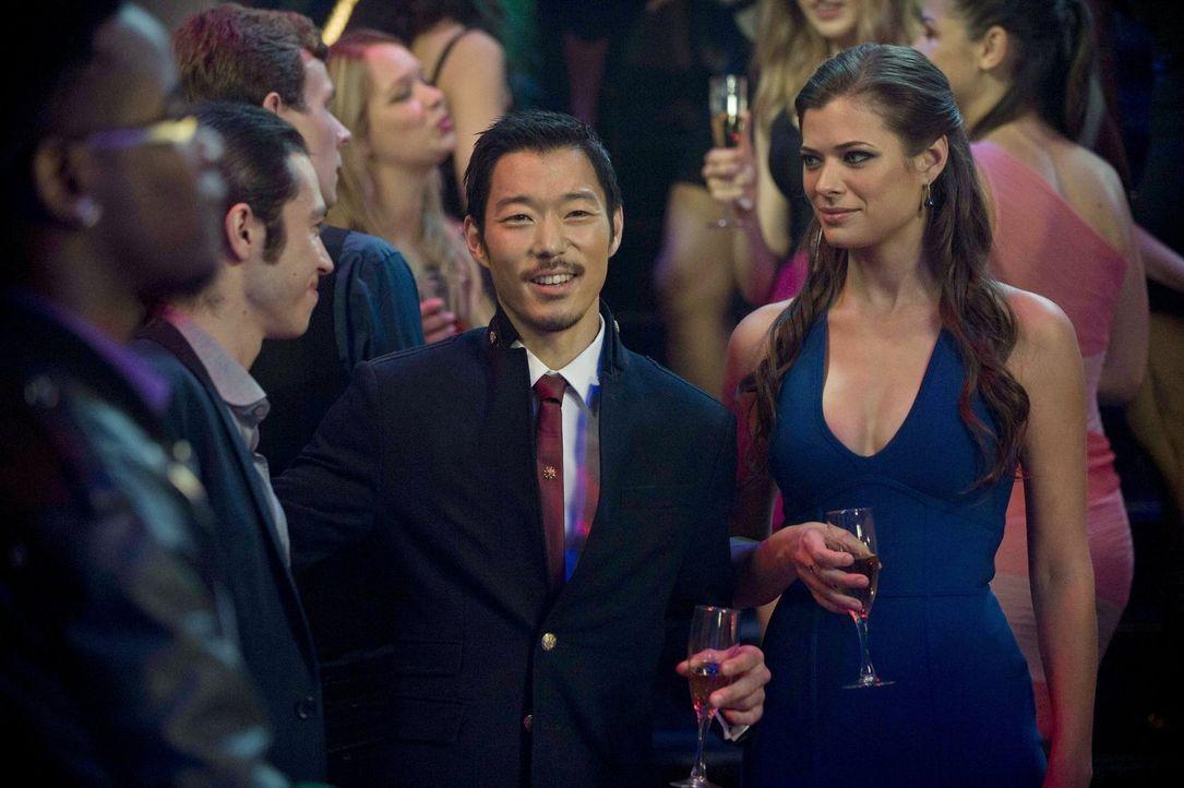 Ist es wirklich eine gute Idee, dass sich Russell (Aaron Yoo, l.) und Cara (Peyton List, r.) unters Volk mischen? - Bildquelle: Warner Bros. Entertainment, Inc