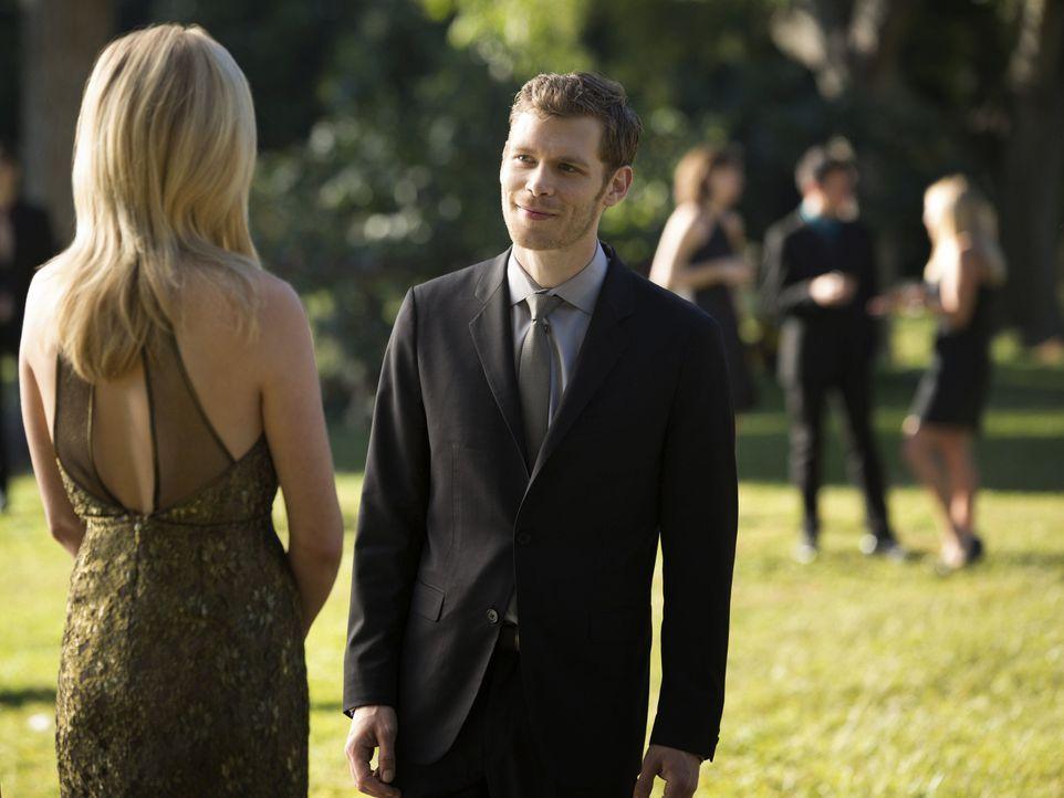 Für Klaus (Joseph Morgan, r.) ist es mehr als nur ein Pflichtdate, aber was ist es für Caroline (Candice Accola, l.)? - Bildquelle: Warner Brothers