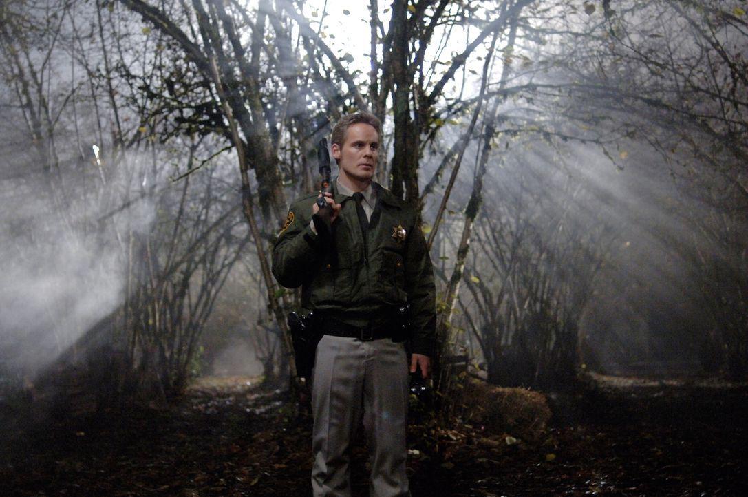 Weiß der Sheriff (David Orth) wer oder was hinter der Vogelscheuche steckt? - Bildquelle: Warner Bros. Television