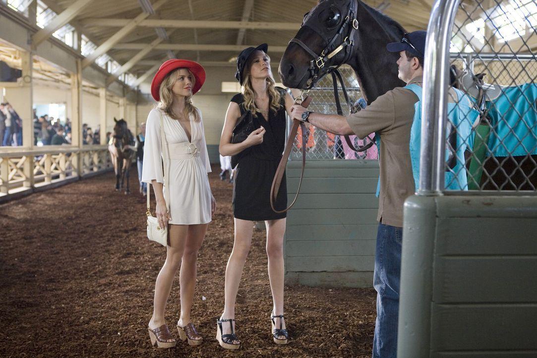 Nicht nur das Ergebnis des Pferderennens wird eine große Überraschung für Naomi (AnnaLynne McCord, l.) und Jen (Sara Foster, r.) sein... - Bildquelle: TM &   CBS Studios Inc. All Rights Reserved