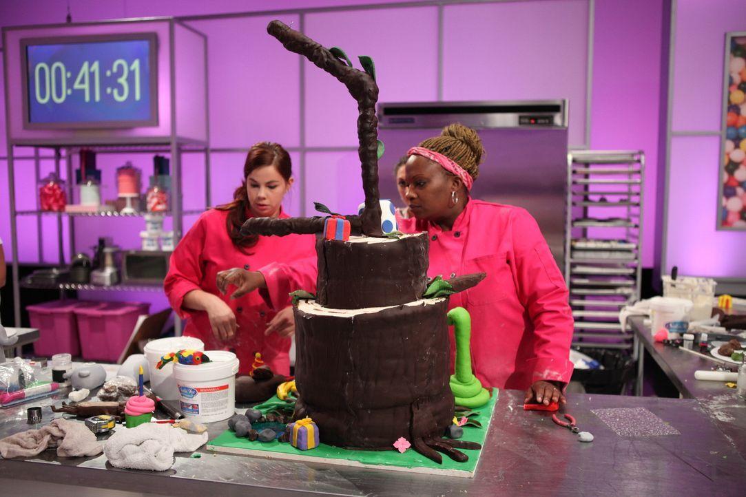 """Bei der finalen Challenge zum Motto """"Zoo"""" können sich Nicole Ward (r.) und ihrer Assistentin (l.) kreativ voll ausleben und hoffen, den Geschmack de... - Bildquelle: 2016,Television Food Network, G.P. All Rights Reserved"""