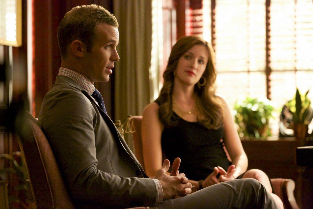 Wird Terry Lee Anne und Jamie (Anna Wood, r.) in den Rücken fallen, nachdem ihn Roy (Cam Gigandet, l.) um eine bestimmt Aussage bittet? - Bildquelle: 2013 CBS BROADCASTING INC. ALL RIGHTS RESERVED.