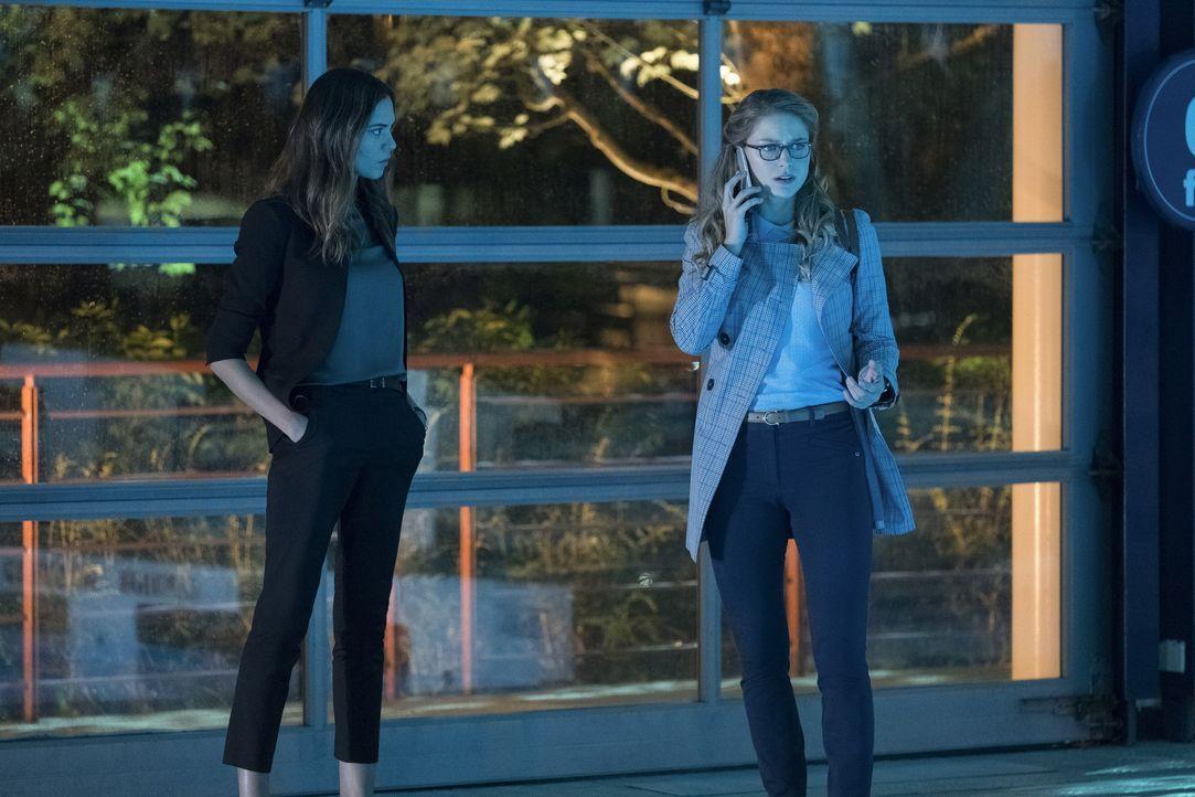 Samantha (Odette Annable, l.) und ihre Tochter machen sich Gedanken über ihre Vision, während Kara (Melissa Benoist, r.) mit ansehen muss, wie das L... - Bildquelle: 2017 Warner Bros.
