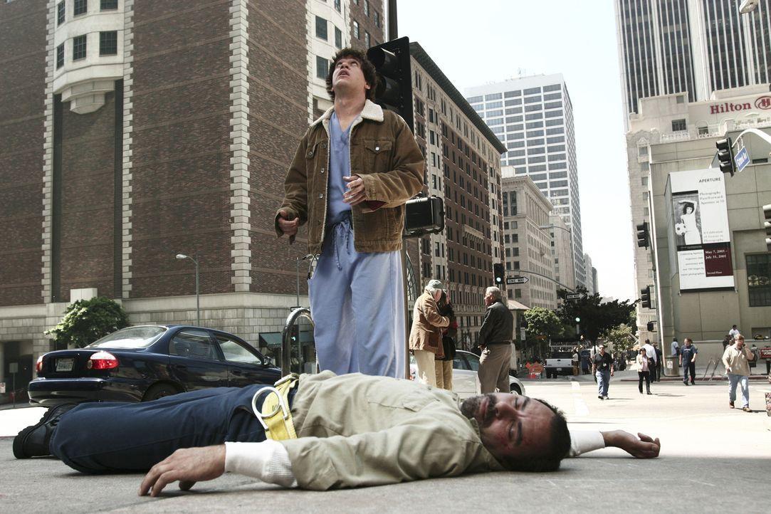 George (T.R. Knight, stehend) bekommt es mit Stu Vargas (Geoffrey Rivas, liegend) zu tun, der aus dem vierten Stock eines Hauses gestürzt ist ... - Bildquelle: Touchstone Television