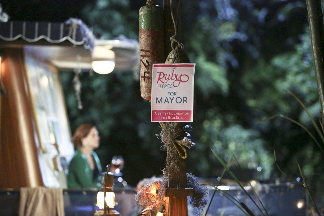 Ruby Jeffries ist sich sicher, dass sie und nur sie Bluebell zu neuem Glanz verhelfen kann, als neue Bürgermeisterin ... - Bildquelle: Warner Bros.