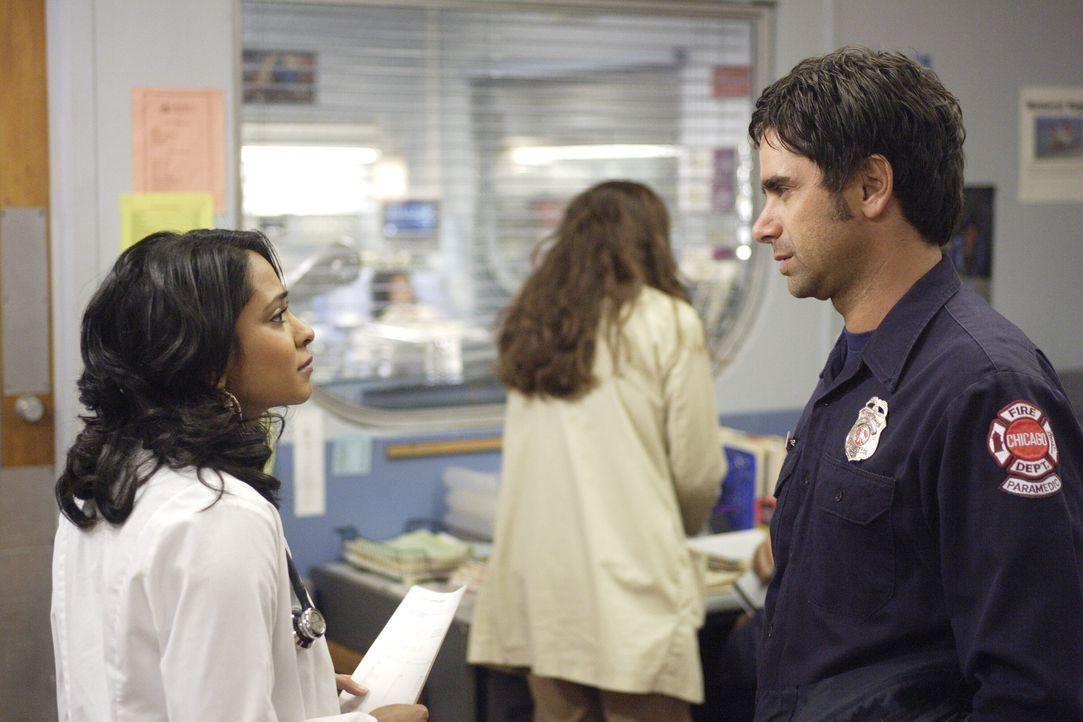 Flirten heftig miteinander: Officer Tony Gates (John Stamos, r.) und Neela (Parminder Nagra, l.) ... - Bildquelle: Warner Bros. Television