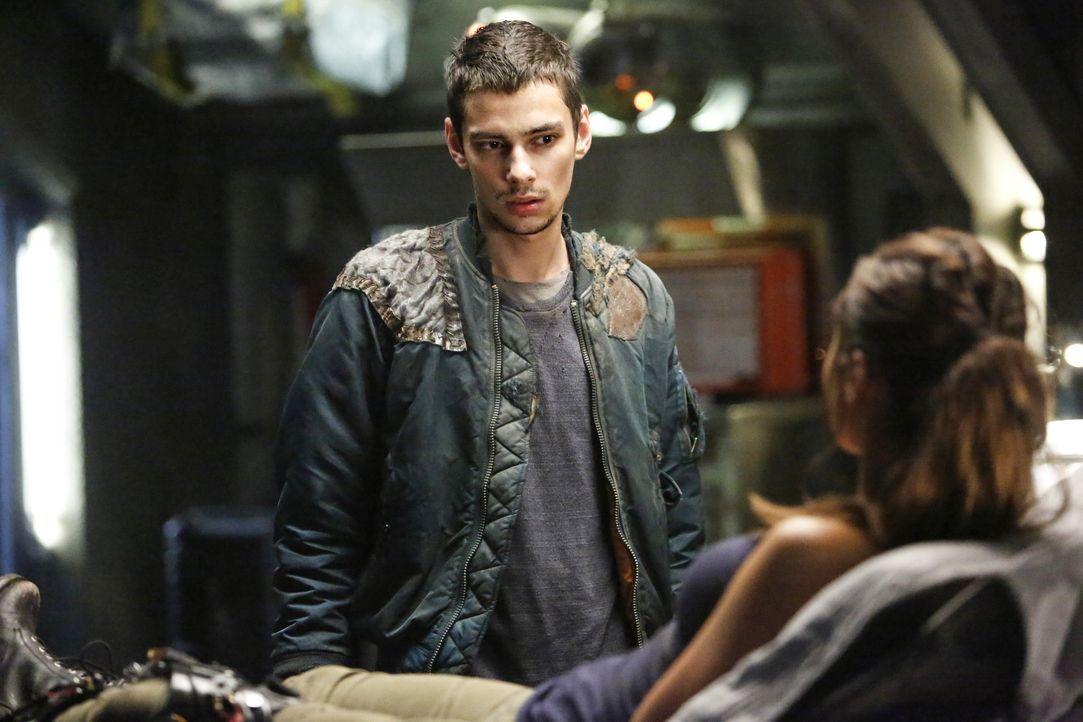 Jasper (Devon Bostick) versucht verzweifelt, Raven (Lindsey Morgan, r.) zu helfen, die mit allen Mitteln verhindern will, dass Alie weiterhin die Ko... - Bildquelle: 2014 Warner Brothers