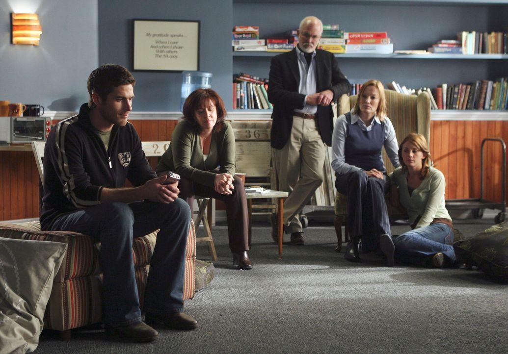 Justin (Dave Annable, l.) ist in einer Entzugsklinik, wo ihn nach und nach alle seine Familienmitglieder besuchen ... - Bildquelle: Disney - ABC International Television