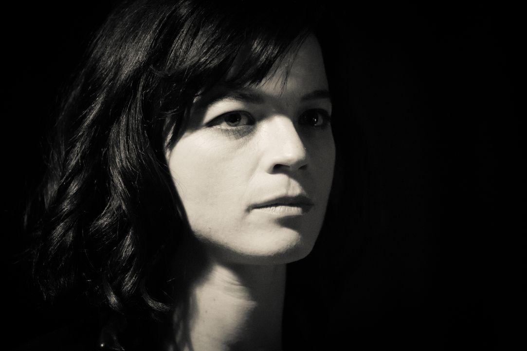 Neue Anhaltspunkte zum Fall von Camillie (Juliette Roudet) tauchen auf, als eine Fernsehsendung darüber berichtet ... - Bildquelle: Eloïse Legay 2016 BEAUBOURG AUDIOVISUEL / Eloïse Legay
