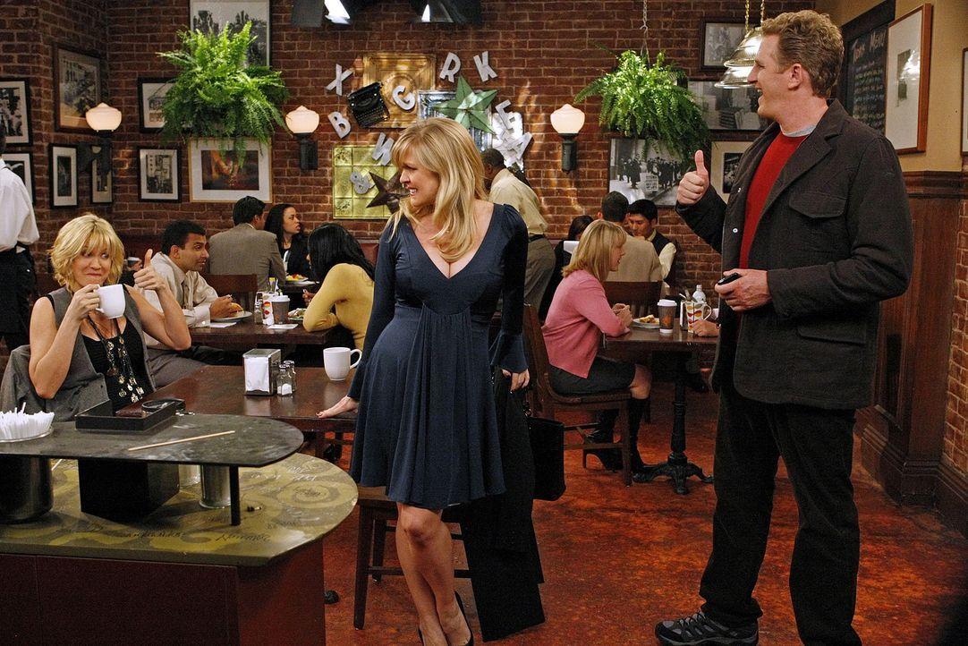 Billie (Jenna Elfman, l.) soll zusammen mit Sully (Michael Rapaport, r.) an einer Titelgeschichte arbeiten. Der ist jedoch nicht bei der Sache, weil... - Bildquelle: 2009 CBS Broadcasting Inc. All Rights Reserved