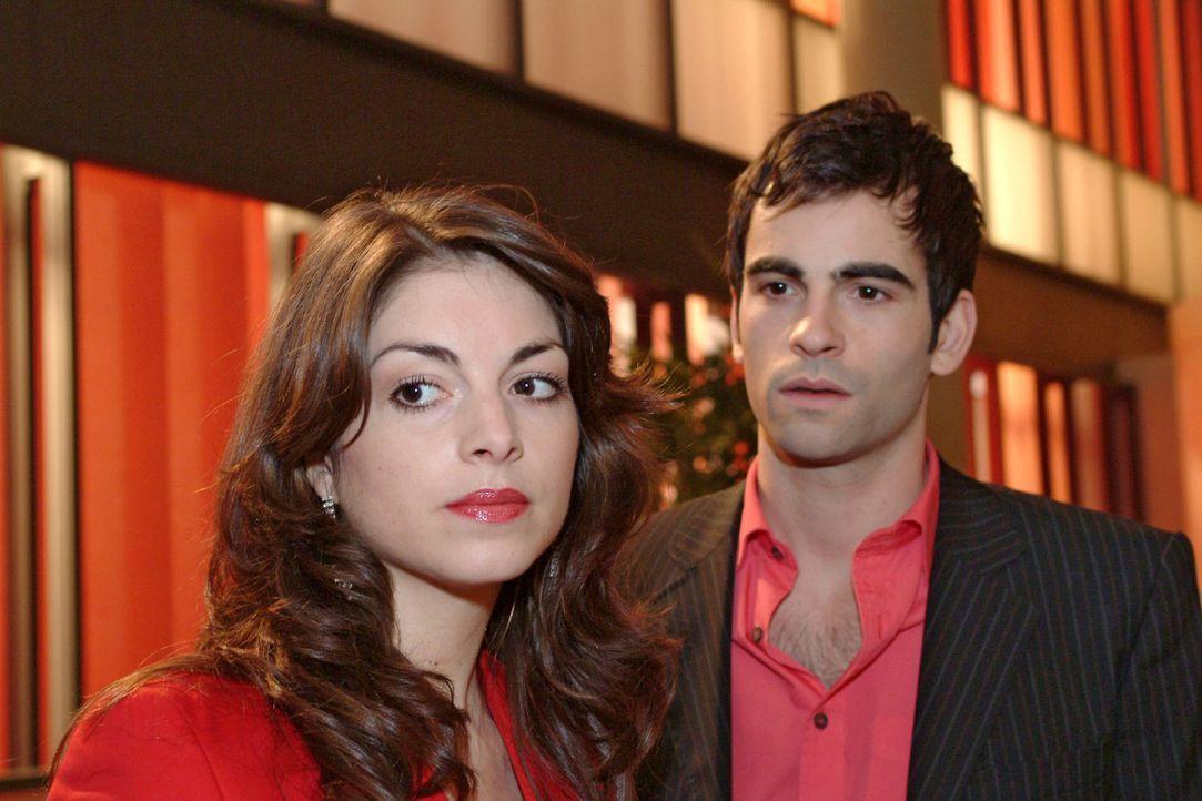 David (Mathis Künzler, r.) versucht mit dem Thema Hochzeit bei Mariella (Bianca Hein, l.) anzukommen - ohne Erfolg. - Bildquelle: Sat.1