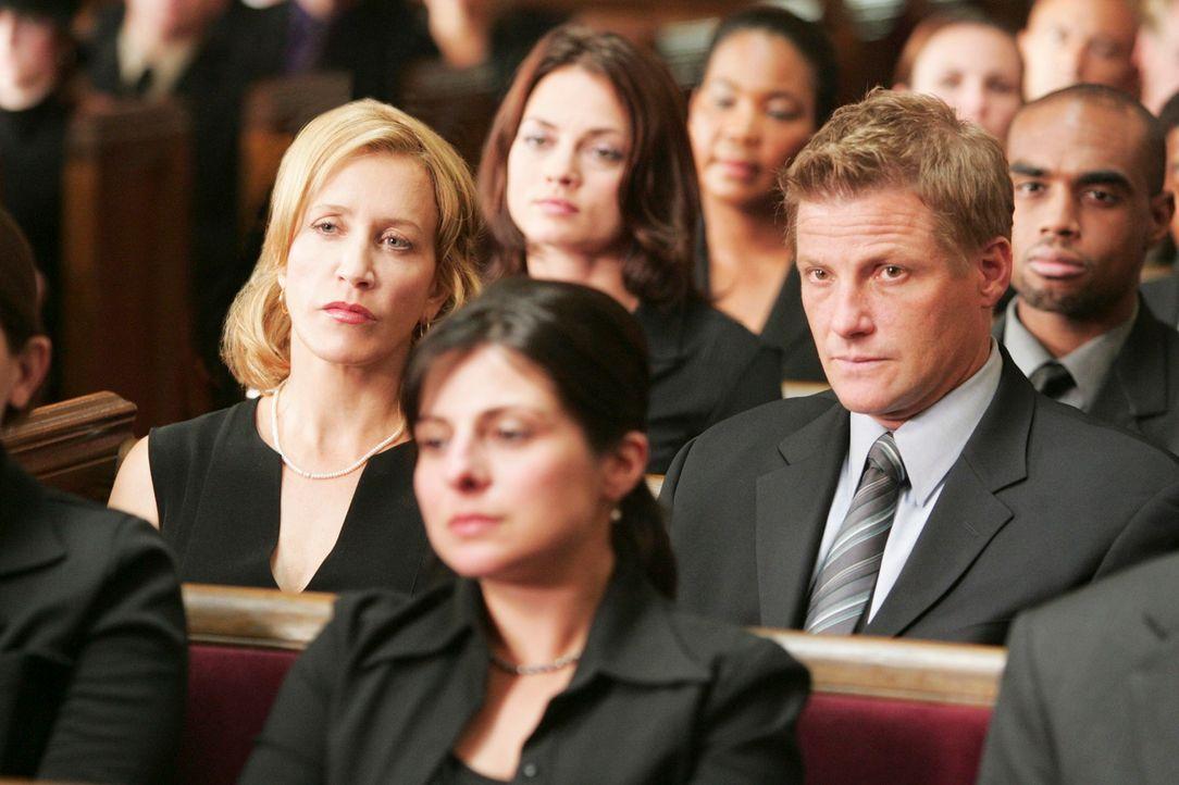 Lynette (Felicity Huffman, l.) und Tom (Doug Savant, r.) sind total verblüfft, als Bree auf sie zu kommt und Toms Krawatte möchte ... - Bildquelle: 2005 Touchstone Television  All Rights Reserved