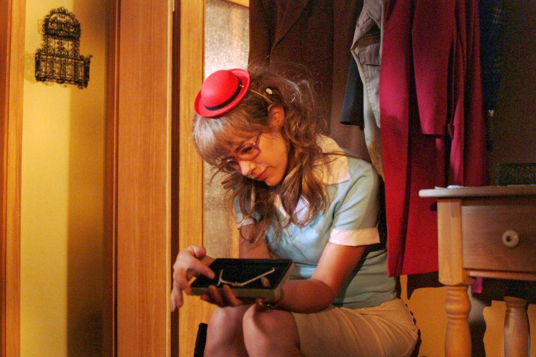 Lisa (Alexandra Neldel) packt Davids Geburtstagsgeschenk aus ... (Dieses Foto von Alexandra Neldel darf nur in Zusammenhang mit der Berichterstattun... - Bildquelle: Monika Schürle SAT.1 / Monika Schürle