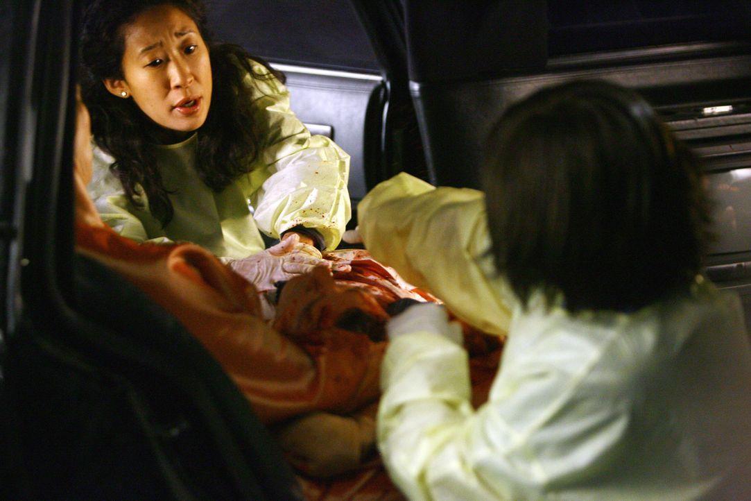 Als eine Limousine in der Notaufnahme eintrifft, mit drei verletzten Damen und deren Chauffeur, beginnt für Cristina (Sandra Oh, l.) und Bailey (Ch... - Bildquelle: Touchstone Television