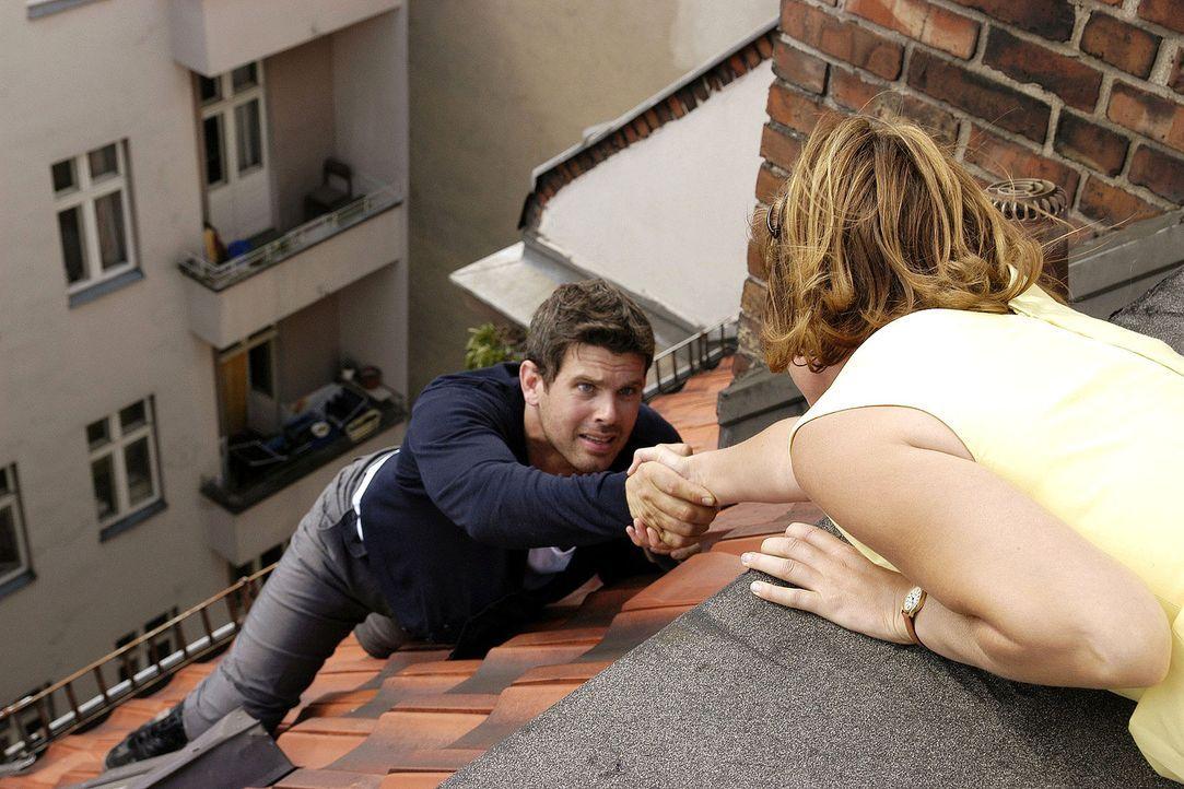 Als Kai (Steffen Groth, l.) auf dem Dach abstürzt, ruft er Lilly (Mira Bartuschek, r.) zu Hilfe ... - Bildquelle: Sat.1