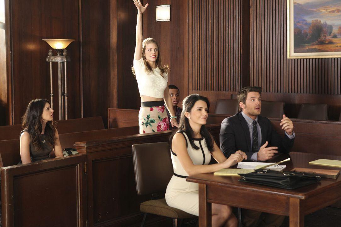 Annie (Shenae Grimes, hinten l.) und Naomis (AnnaLynne McCord, hinten r.) sind in großer Sorge um ihren Halbbruder Mark (Charlie Weber, vorne r.).... - Bildquelle: TM &   CBS Studios Inc. All Rights Reserved