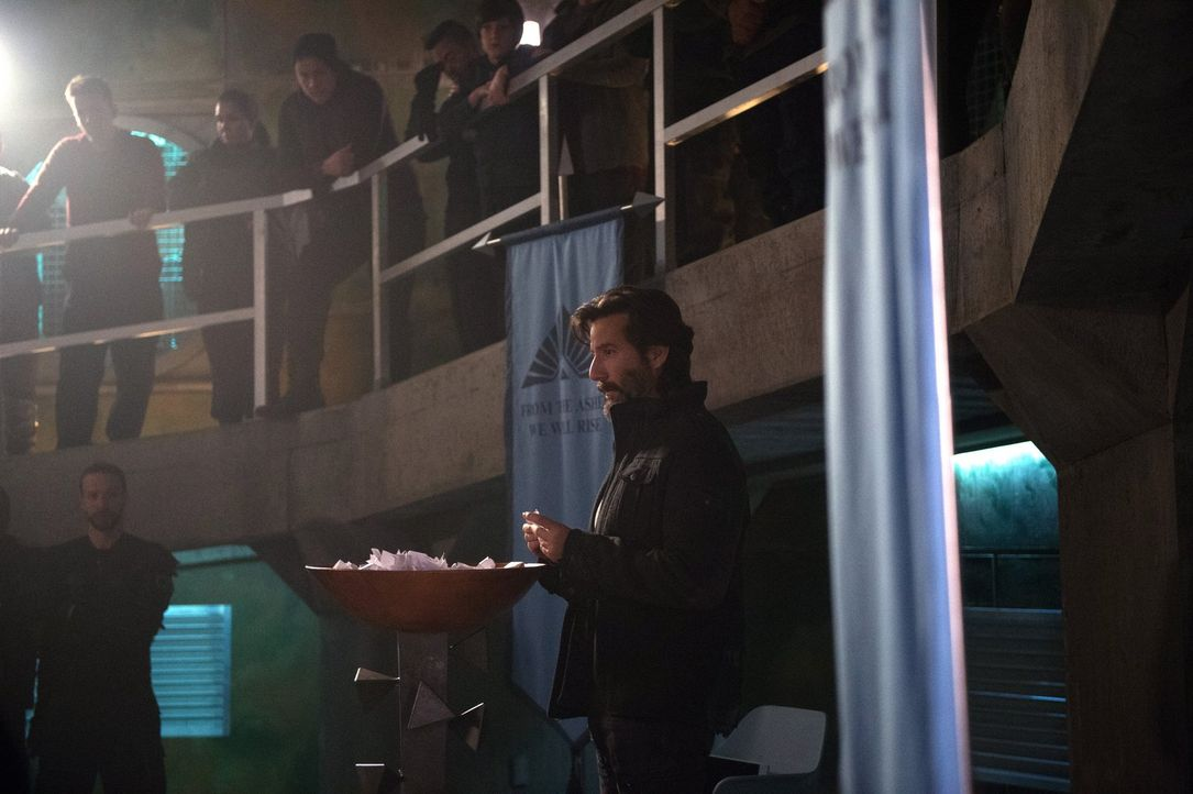 Kane (Henry Ian Cusick, r.) und Jaha entschließen sich dazu, mit Hilfe einer Lotterie zu entscheiden, wer von ihnen in den Bunker darf und welche dr... - Bildquelle: 2016 Warner Brothers