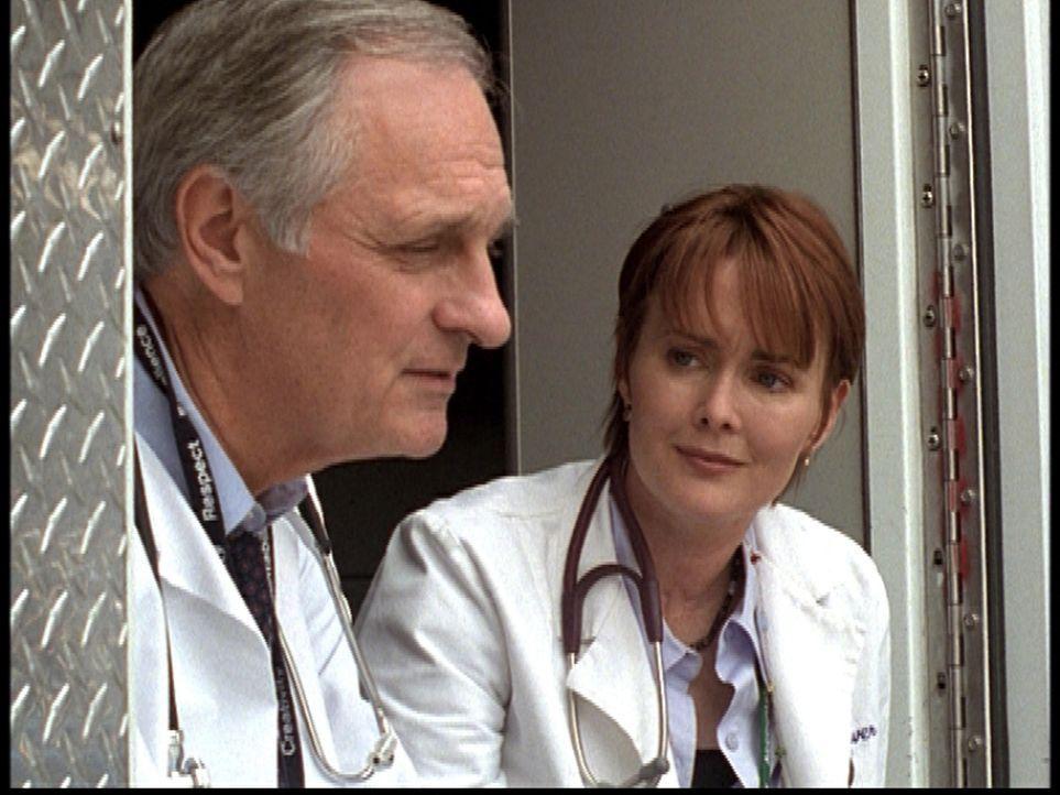 Dr. Weaver (Laura Innes, r.) bietet Dr. Lawrence (Alan Alda, l.), ihrem alten Freund und Mentor, ihre Hilfe an ... - Bildquelle: TM+  2000 WARNER BROS.