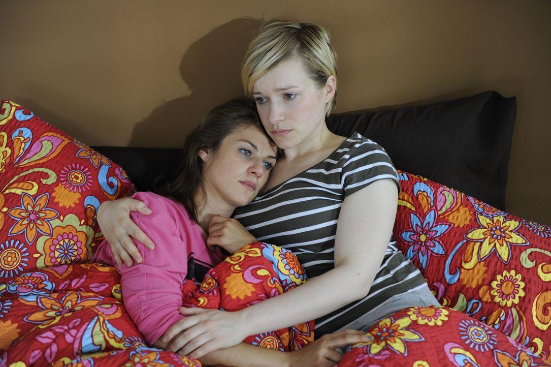 Jenny (Lucy Scherer, l.) ist nach dem Tod ihrer Eltern am Boden zerstört. Emma (Kasia Borek, r.) kümmert sich liebevoll um sie ... - Bildquelle: SAT.1