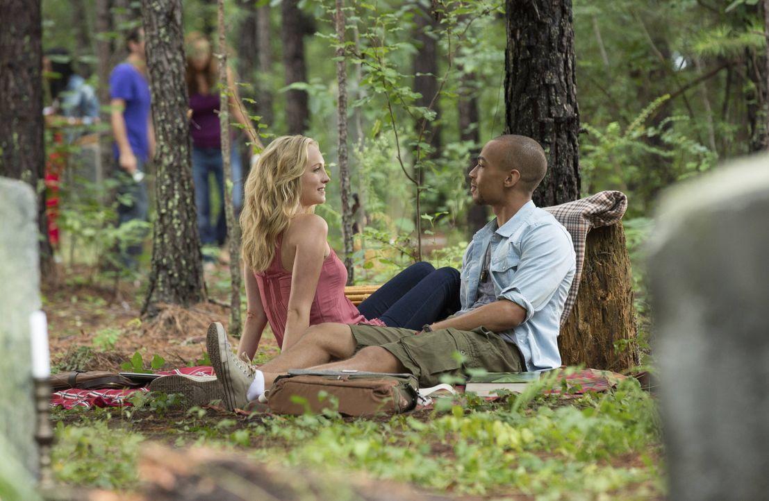Kommen Caroline und Jesse sich näher? - Bildquelle: Warner Bros. Entertainment Inc.