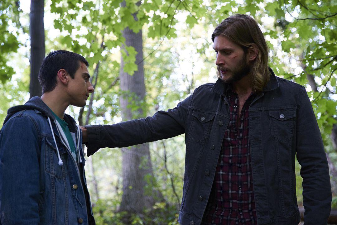 Machen sich gemeinsam auf die Suche nach dem Opfer, das Alexei nach seiner ersten Verwandlung angegriffen haben muss: Alexei (Alex Ozerov, l.) und C... - Bildquelle: 2016 She-Wolf Season 3 Productions Inc.