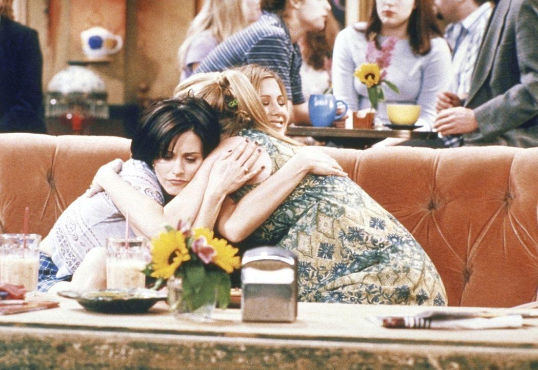 Phoebe (Lisa Kudrow, r.) leidet unter Stimmungsschwankungen. Monica (Courteney Cox, l.) und Rachel (Jennifer Aniston, hinten) trösten und unterstü... - Bildquelle: TM+  2000 WARNER BROS.
