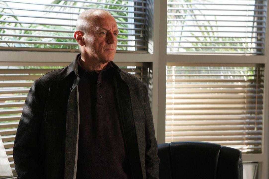 Julie ist entsetzt, als sie erfährt, dass Caleb (Alan Dale) mit dem Gedanken spielt, Lindsay zu adoptieren ... - Bildquelle: Warner Bros. Television