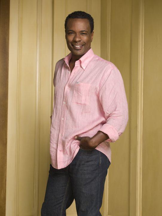 Marco (Allan Louis) ist der schwule Koch der Familie, der Gott und die Welt kennt ... - Bildquelle: Warner Bros. Television