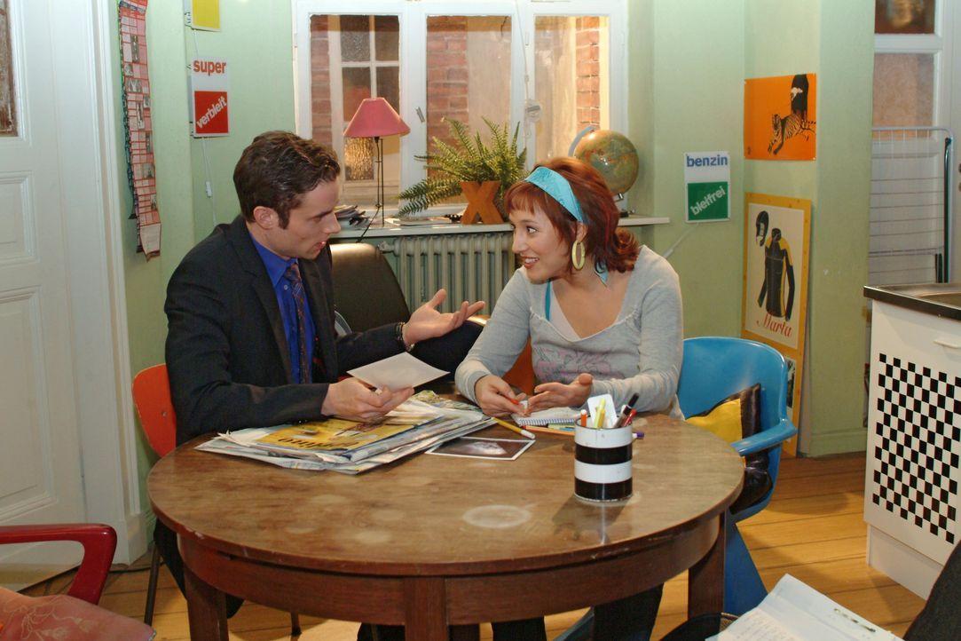 """""""Mädchen oder Junge"""" - diese Frage stellt sich Max (Alexander Sternberg, l.), schließlich muss alles vorbereitet sein, wenn das Baby da ist. Yvonne... - Bildquelle: Monika Schürle SAT.1 / Monika Schürle"""