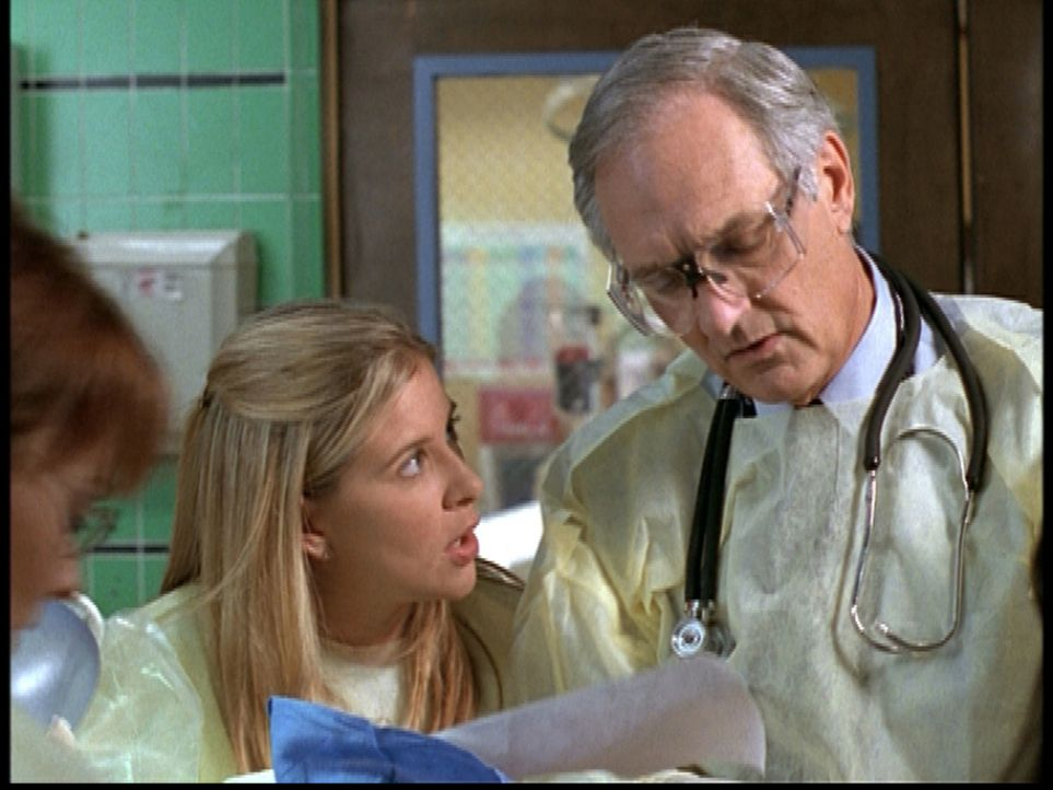 Dr. Lawrence (Alan Alda, r.) streitet Lucy (Kellie Martin, l.) gegenüber ab, eine falsche Anordnung gegeben zu haben. - Bildquelle: TM+  2000 WARNER BROS.