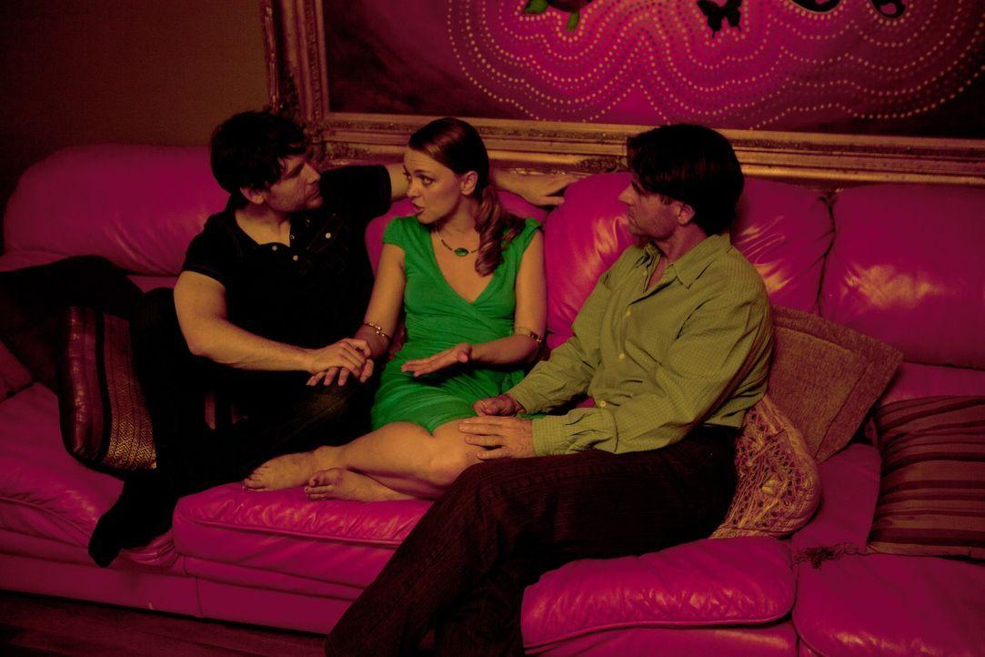Roxanne (M.) verdreht Tahl (l.) und Michael (r.) den Kopf, ganz zum Missfallen von Kamala ... - Bildquelle: Lucas North Showtime Networks Inc. All rights reserved.
