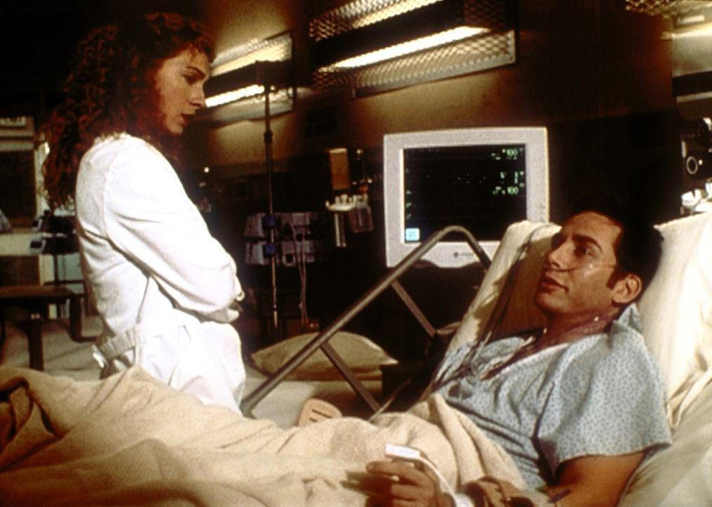 Sexualverbrecher Rollins (Lawrence Monoson, r.) stellt Corday (Alex Kingston, l.) eine Bedingung, bevor er verrät, wo die Leiche ist. - Bildquelle: TM+  2000 WARNER BROS.