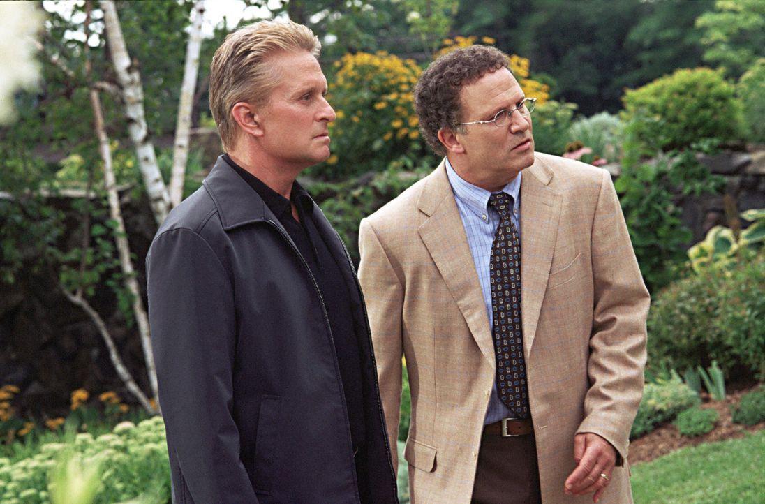 Gemeinsam gehen sie auf Verbrecherjagd: Jerry Peyser (Albert Brooks, r.) und Steve Tobias (Michael Douglas, l.) ... - Bildquelle: Warner Bros.