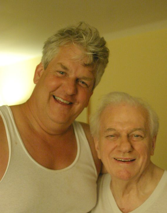Tommys Vater (Charles Durning, r.) und sein Onkel (Lenny Clarke, l.) machen sich einen netten Abend mit leichtlebigen Mädels ... - Bildquelle: 2004 Sony Pictures Television Inc. All Rights Reserved.