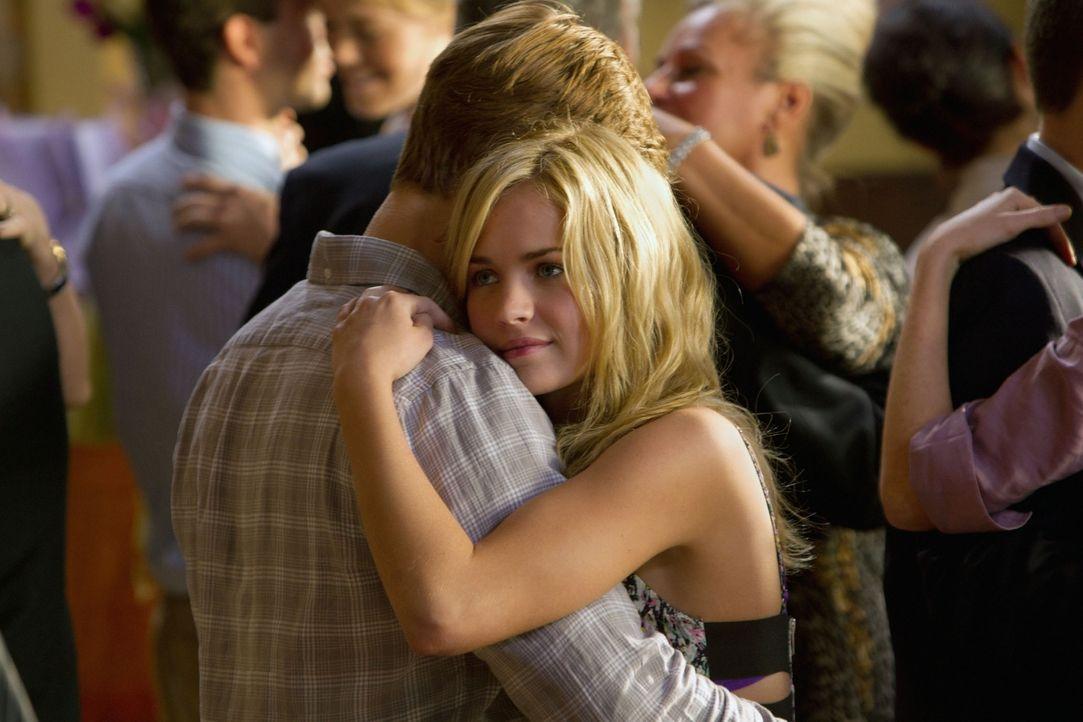 Genießen ihr Date außerhalb Portlands, denn dort können sie ihre Zuneigung zueinander öffentlich zeigen: Lux (Brittany Robertson, r.) und Eric (Shau... - Bildquelle: The CW   2010 The CW Network, LLC. All Rights Reserved
