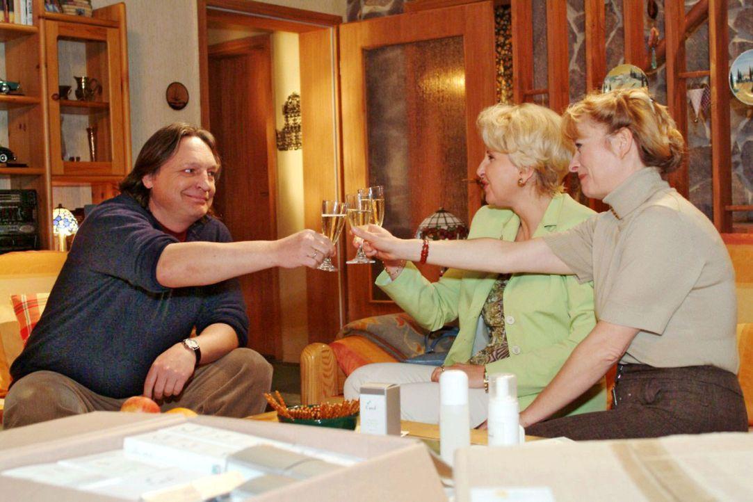 Bernd (Volker Herold, l.), Traudel (Gabriele Metzger, M.) und Helga (Ulrike Mai, r.) stoßen begeistert auf Helgas erste Verkaufserfolge an. - Bildquelle: Sat.1